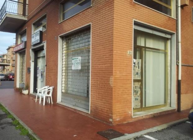 Due locali commerciali in via aurelia